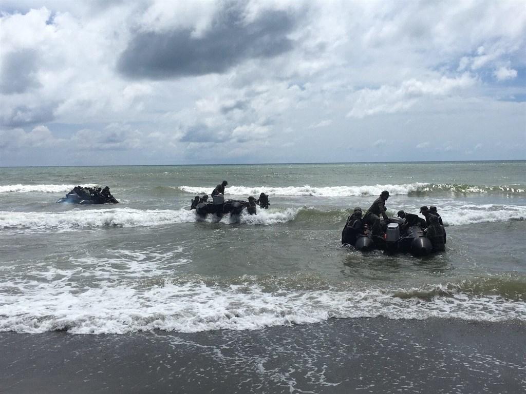 海軍陸戰隊3日操演發生橡皮艇翻覆意外,造成3名官兵命危。圖為2018年海軍陸戰隊操演情形。(圖取自facebook.com/ROCMarineCorp)