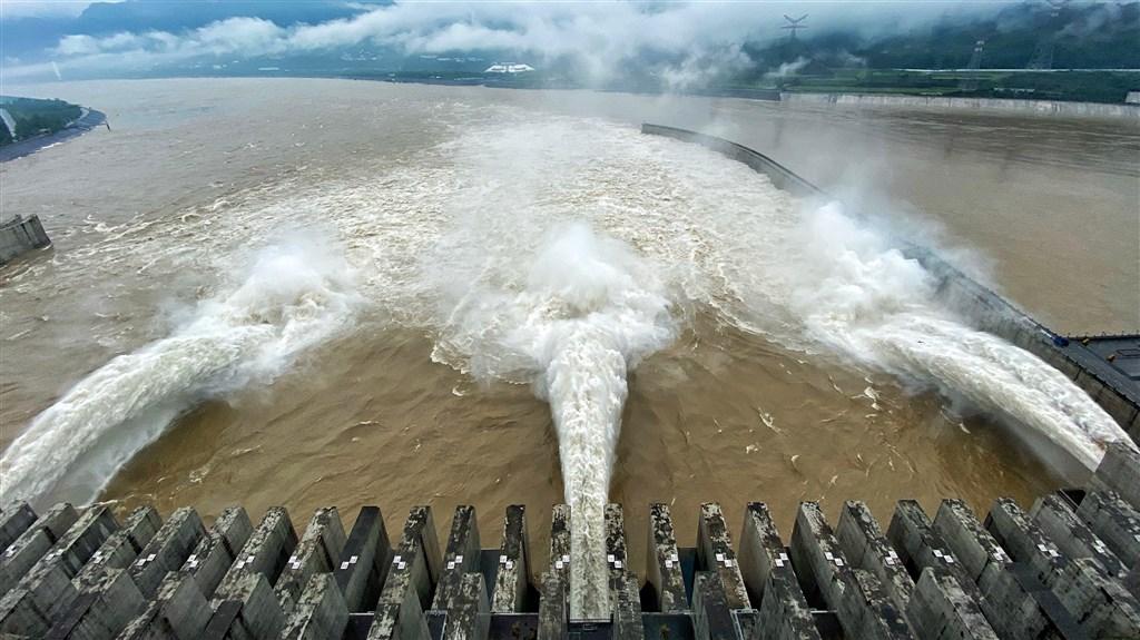 中國水利部3日公告長江已發生1號洪水,三峽水庫水位在2日下午2時漲至146.97公尺,出庫流量每秒3萬5000立方公尺。(中新社提供)