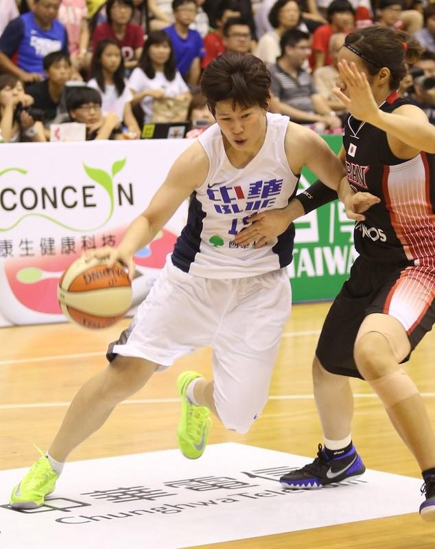 劉君儀(白衣者)曾6度入選亞洲女子籃球錦標賽中華隊國手,打過3次亞運、3次東亞運,也是聯盟第一個生涯累積得分超過3000分的球員。(中央社檔案照片)