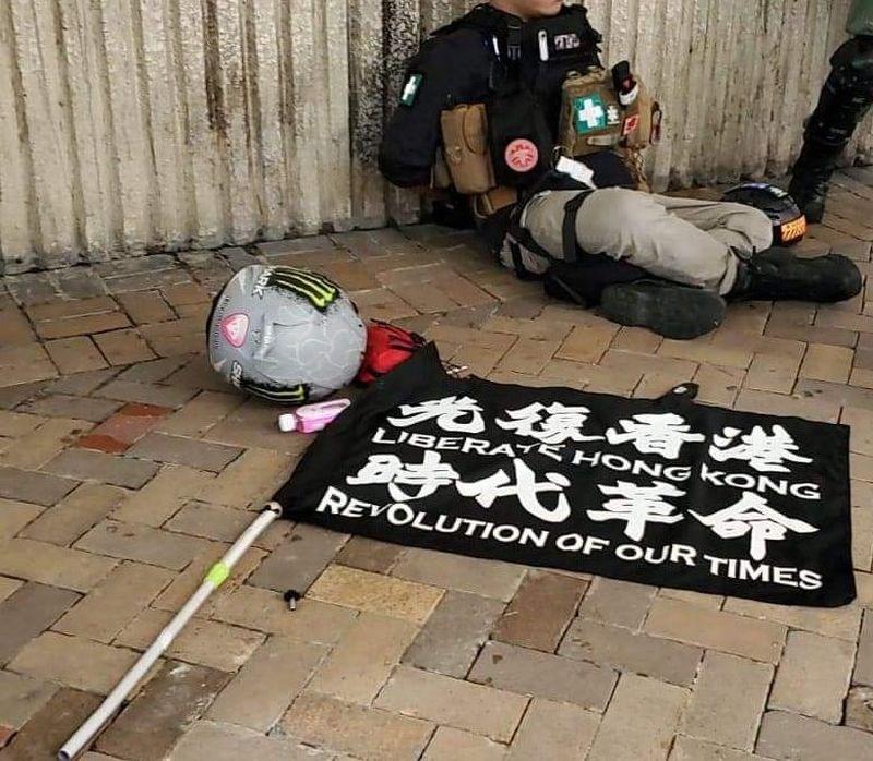 香港政府3日晚間發表聲明,指「光復香港,時代革命」口號有港獨或顛覆國家政權的含意,呼籲大眾不要以身試法。圖為1日1名男子在灣仔騎單車撞警察被捕,車上插有「光復香港 時代革命」的旗幟。(圖取自facebook.com/HongKongPoliceForce)