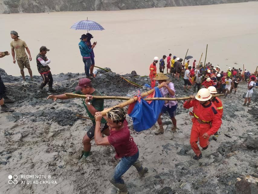 緬甸北部一處露天玉石礦場1日不堪連日豪雨坍方,6公尺高的泥流大浪讓現場數百名礦工連喊逃命的時間都沒有,官員表示,罹難人數已經攀升到162人。(圖取自facebook.com/fsd.gov.mm)