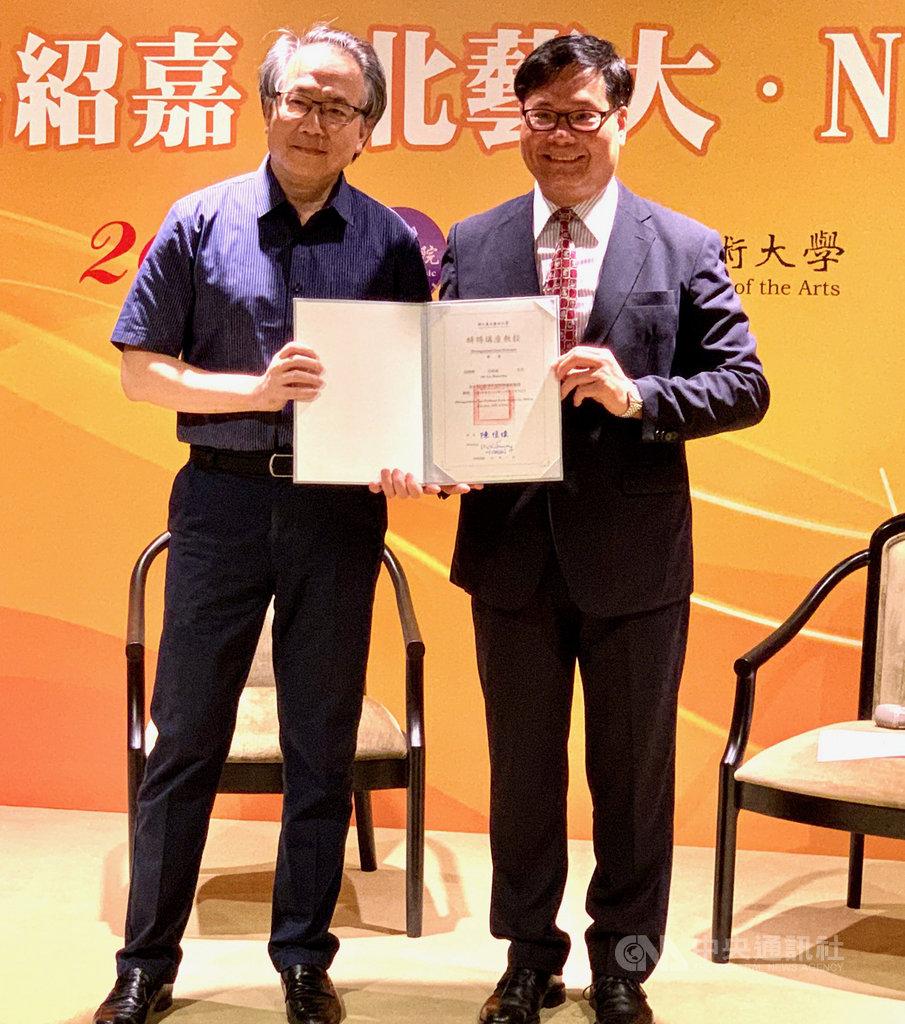 國家交響樂團(NSO)音樂總監呂紹嘉(左)將擔任國立台北藝術大學特聘講座教授,北藝大音樂學院院長蘇顯達(右)表示,這是北藝大的榮幸,可讓學生持續進步。中央社記者趙靜瑜攝 109年7月3日