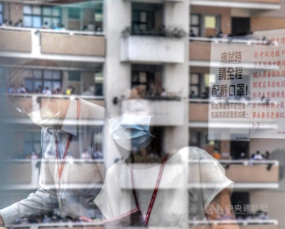 大學指考3日舉行第一天考試,受到COVID-19(2019冠狀病毒疾病,武漢肺炎)疫情影響,應試時,全程需配戴口罩。中央社記者王飛華攝 109年7月3日