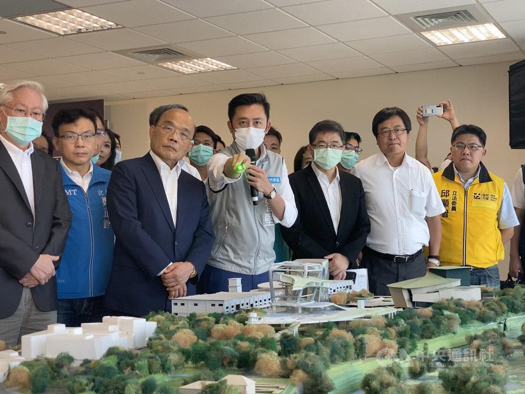 行政院長蘇貞昌(左3)4日在新竹市長林智堅(左4)等人陪同下,參訪「竹科X」基地。蘇貞昌表示,「竹科X」將會是一個「都市型」及「立體化」的科學園區,未來擁有無限可能。中央社記者魯鋼駿攝 109年7月4日