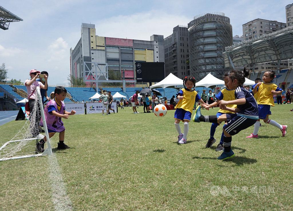 2020台北市幼兒足球錦標賽4日在台北田徑場登場,小選手們無畏高溫,場上競技全力以赴,展現平時訓練成果。中央社記者白芷達邦攝 109年7月4日