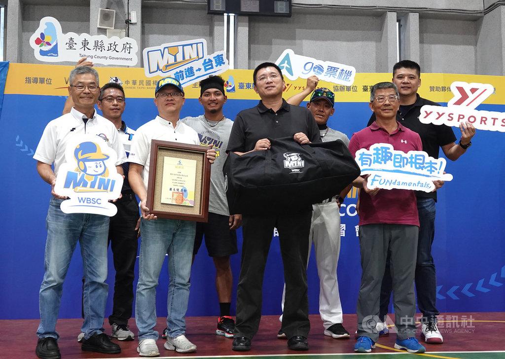 迷你棒球師資研習營首度前進台灣東部,4日在台東新生國小舉辦,旅美球星劉致榮(左4)也現身擔任助教,盼讓更多的小朋友喜歡上棒球運動中央社記者謝靜雯攝 109年7月4日