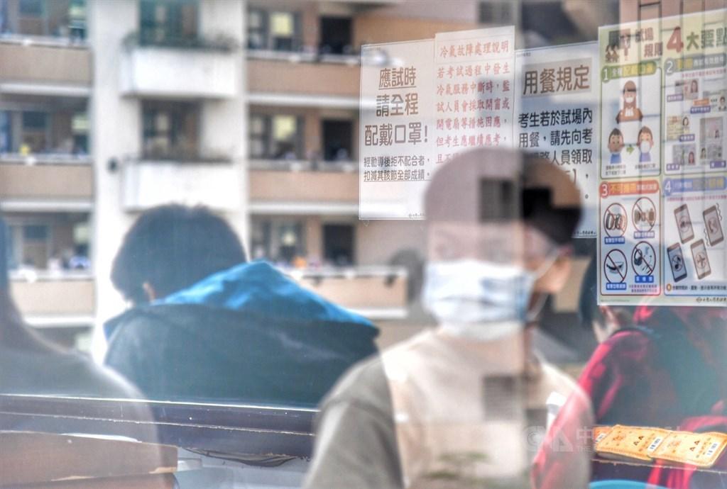 大學指考4日舉行第二天考試,考科為數學乙、國文、英文、數學甲;為配合防疫,考生進入各分區時,應出示入場識別證及應試有效證件正本,並配合量體溫、戴口罩。(中央社檔案照片)
