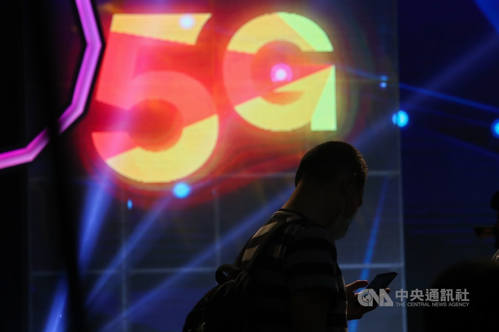 中華電信、台灣大哥大30日先後舉行5G開台記者會,宣告台灣電信業5G新時代來臨。中央社記者王騰毅攝 109年6月30日
