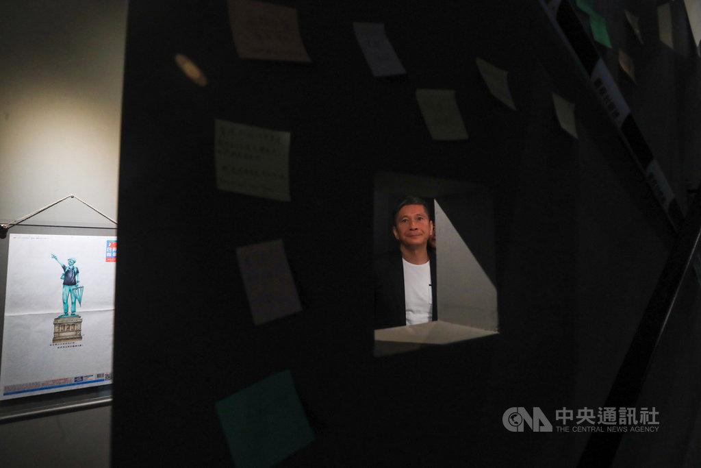 「反抗的畫筆-香港反送中運動週年圖像展」在台灣漫畫基地展出,呈現與反送中運動相關的藝術、漫畫創作,並還原香港街頭抗爭場域。文化部長李永得4日前往參觀,觀賞牆上畫作。中央社記者吳家昇攝 109年7月4日