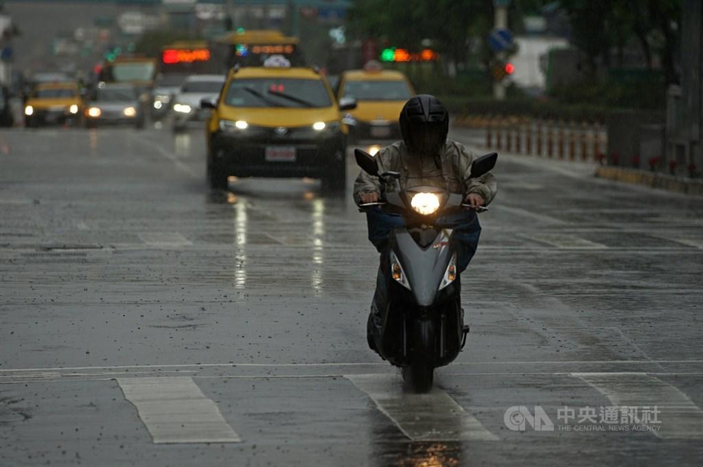 受到午後對流雲系發展旺盛影響,中央氣象局4日下午針對基隆市等8縣市發出大雨特報,提醒民眾要注意瞬間大雨。(中央社檔案照片)