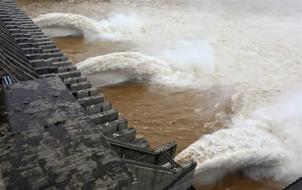 長江、淮河水位迄未消退,中國官方26日宣布,長江第3號洪水已在上游形成。圖為長江1號洪水2日通過三峽水庫。(中新社)