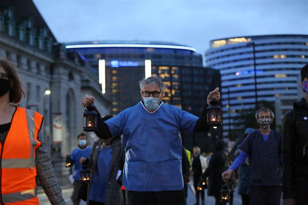 截至格林威治標準時間4日11時,全球至少52萬6663人死於2019冠狀病毒疾病(COVID-19,武漢肺炎),確診病例至少1110萬3630例。圖為3日英國倫敦民眾在唐寧街前為染疫病逝者舉行燈籠守夜活動。(安納杜魯新聞社提供)