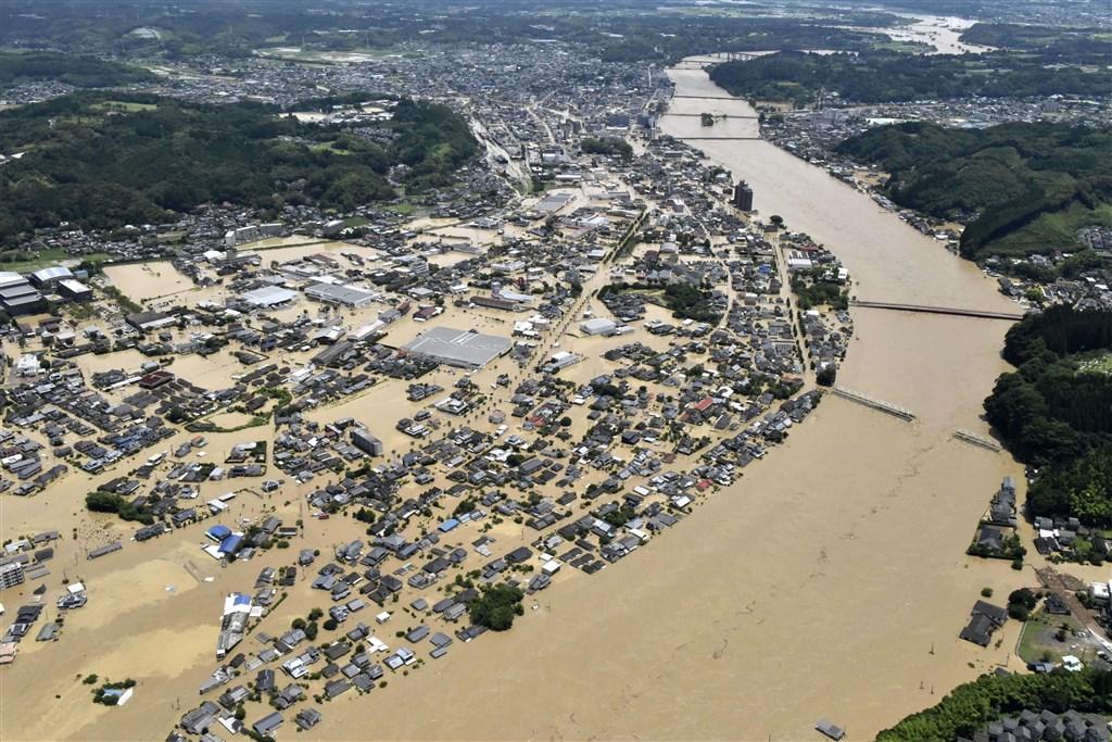 日本九州的熊本、鹿兒島縣等地遭遇數十年僅見大雨,圖為流經熊本縣人吉市的球磨川氾濫,許多民宅與建築4日泡在水中。(共同社提供)