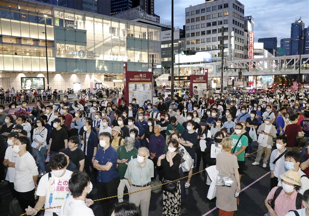 日本東京都4日通報新增131起武漢肺炎確診病例,連續3天單日新增破百例。圖為4日東京民眾多數戴口罩參與知事選舉造勢演說活動。(共同社提供)