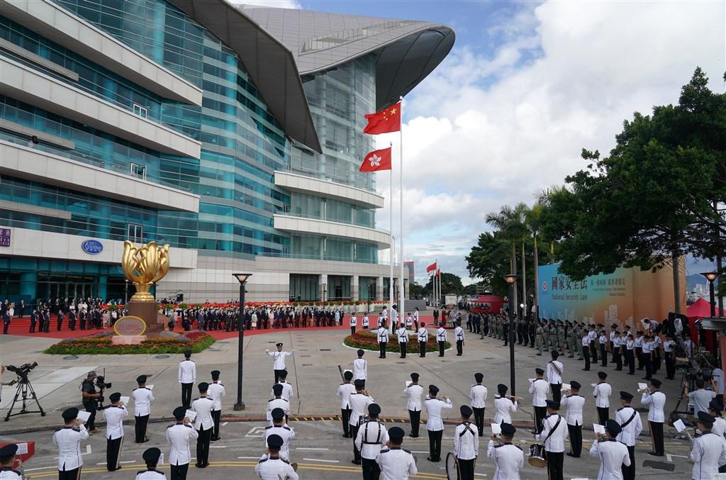 「港區國安法」規範涵蓋境外,加上全球現有52國與中港簽署引渡合作,引發「送中」疑慮,學者分析,西方民主國家配合機率不大,第三世界國家卻可能為利益屈服中方。圖為1日香港舉行慶祝回歸23週年活動。(中新社提供)