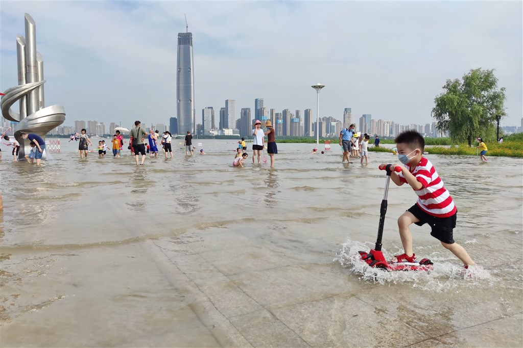 中國央視新聞4日下午報導,長江中下游幹流主要控制站水位持續上漲,即將超過警戒水位。圖為3日武漢一處親水平台已被長江水淹過。(中新社提供)