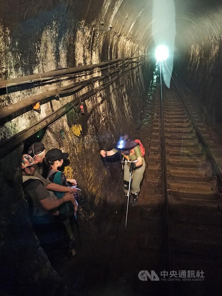 台鐵4日下午4726次列車平溪線開往菁桐站列車,行經幼坑隧道內時,驚覺有4名遊客為拍照闖入,所幸司機員機警,緊急煞車成功,才未釀事故。(資深司機員提供)中央社記者余曉涵傳真 109年7月4日