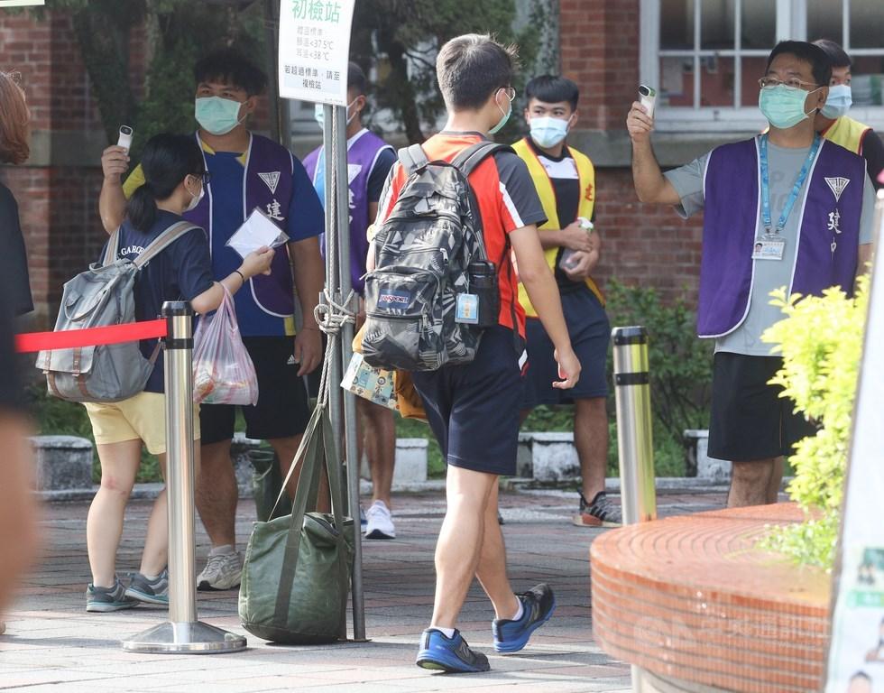 大學指考4日舉行第2天考試,為配合防疫相關措施,考生進入考場須配戴口罩,並量測體溫。中央社記者謝佳璋攝 109年7月4日