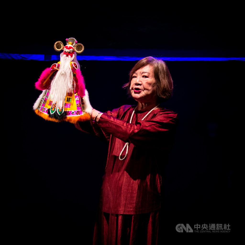87歲的台灣布袋戲國寶江賜美表示,「怪俠紅黑巾-陰陽鬼之戀」這部戲在她25歲首演,一演出就大受好評,她也靠這部戲養大6個孩子;她5日晚間將與兒子、孫子,祖孫三代共同在公視台語台重現。(公視台語台提供)中央社記者葉冠吟傳真 109年7月5日