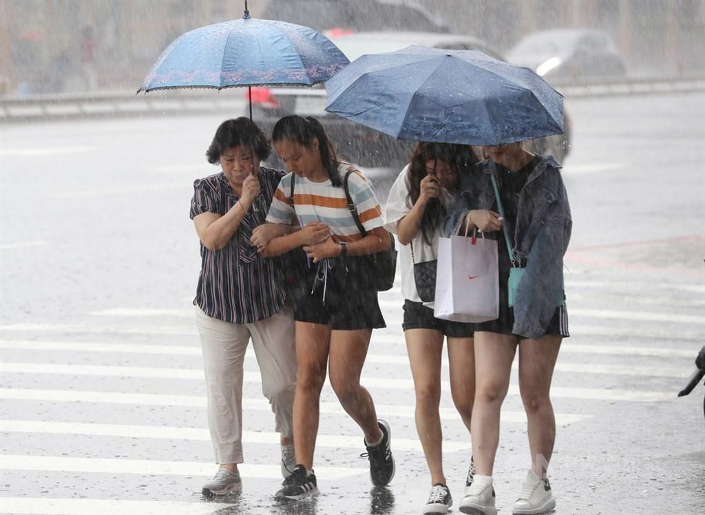 太平洋高壓影響,5日午後對流雲系發展旺盛,中央氣象局下午發布10縣市大雨特報。中央社記者張皓安攝 109年7月2日