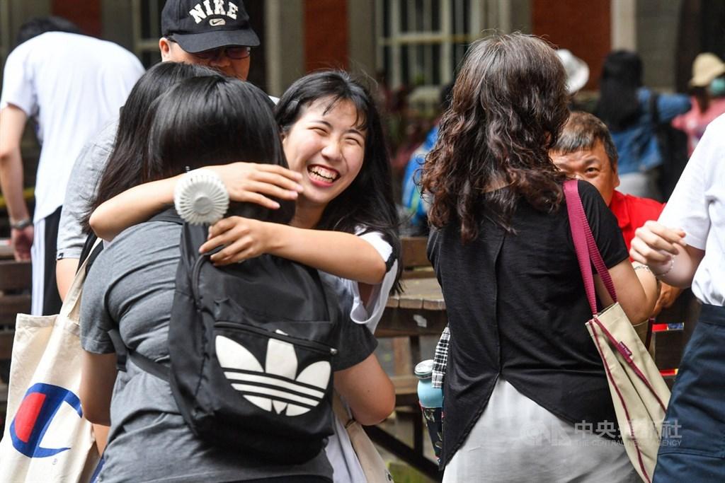 109學年度大學入學指定科目考試5日進行最後一天考試,下午考完最後一科後,考生們步出考場開心擁抱彼此。中央社記者林俊耀攝 109年7月5日