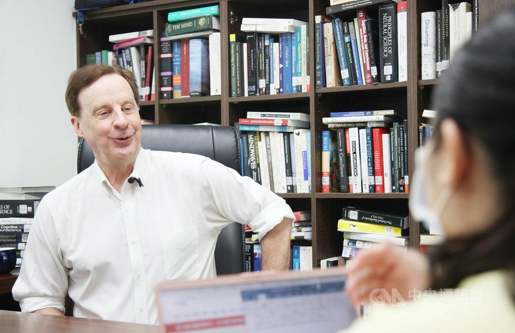 將歸化台灣的美國籍台北醫學大學教授藍亭(Timothy Lane)表示,希望號召更多優秀年輕人加入神經科學研究,除了發展科研,還能救人,更期盼將神經科學打造為台灣引以為傲的特色之一,帶給更多年輕人學習及就業的機會。中央社記者張新偉攝 109年7月5日