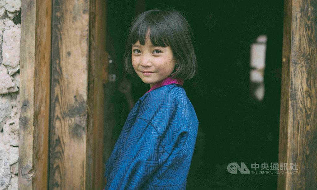 電影「不丹是教室」今年勇奪美國棕櫚泉國際影展觀眾票選獎,片中飾演「佩珠」的小女孩佩姆扎姆來自破碎家庭,成長背景令人心疼。(海鵬影業提供)中央社記者葉冠吟傳真 109年7月5日