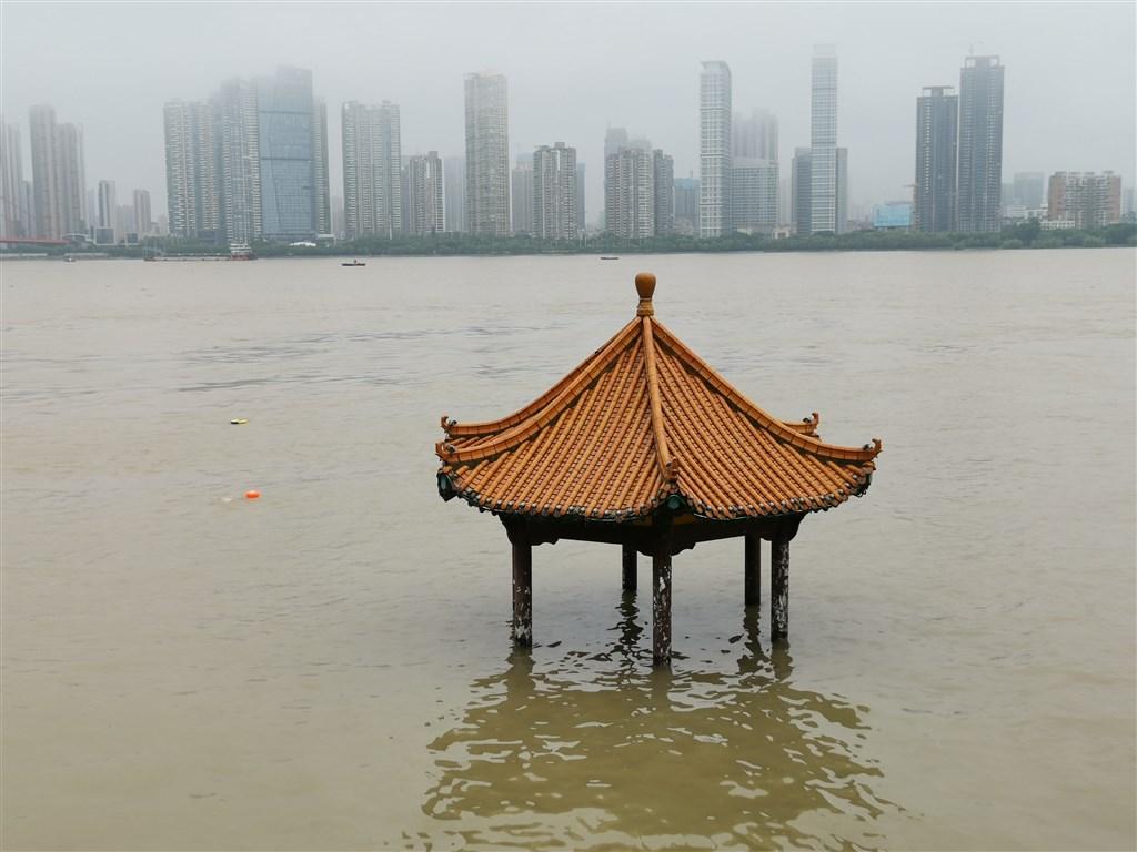 中國官方預測未來幾天,自湖北監利到江蘇江陰之間的長江,將全面超過警戒水位。圖為4日長江洪水已漫上武昌江邊黃花嘰親水涼亭準台。(中新社提供)