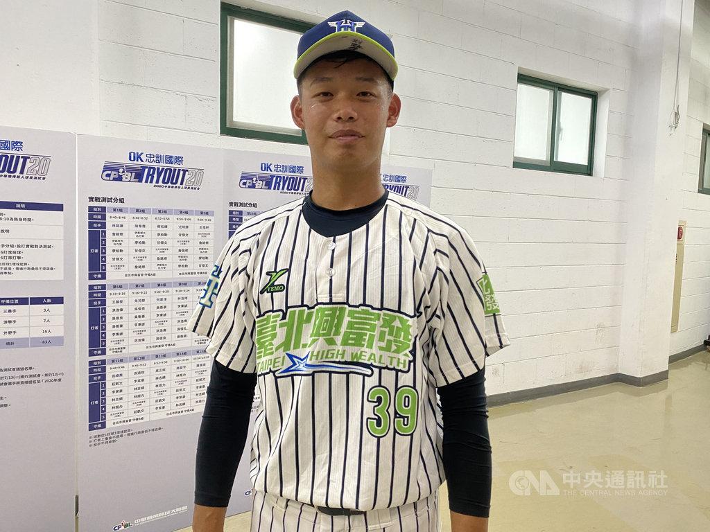 中華職棒6日在新莊棒球場舉辦新人測試會,第一個出場的投手為台北興富發林銘謙(圖),最快球速飆到146公里,送出2次三振。中央社記者楊啟芳攝  109年7月6日
