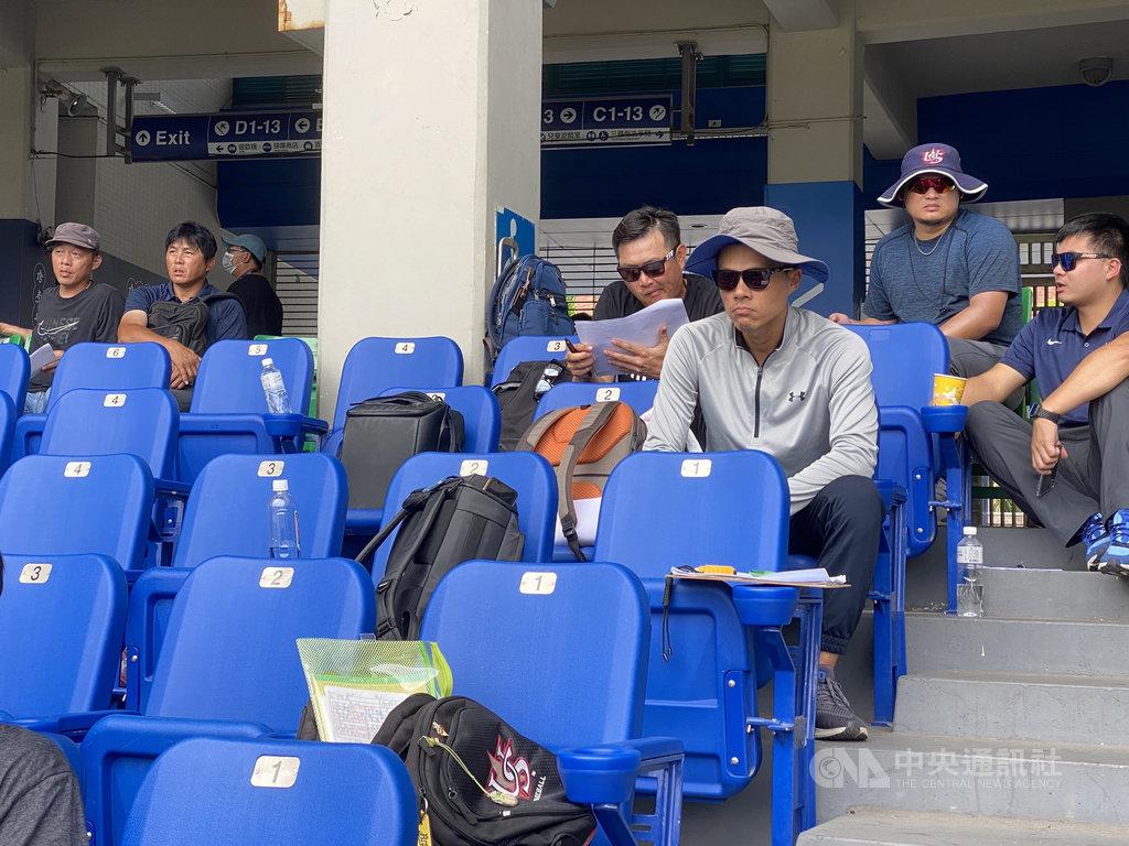 中華職棒6日舉辦新人測試會,中職5隊都有派人到場,這也是味全龍隊成立後第2度參與,總教練葉君璋(上排左2)等人出席。中央社記者楊啟芳攝  109年7月6日