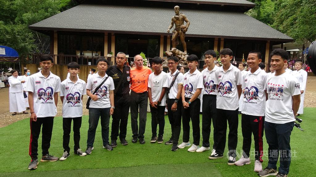 泰國清萊睡美人洞穴救援事件2週年,12名野豬足球隊員和教練6日齊聚一堂,感念各界參與救援的人士以及當年殉職的退伍士官長沙曼。中央社記者呂欣憓清萊攝 109年7月6日