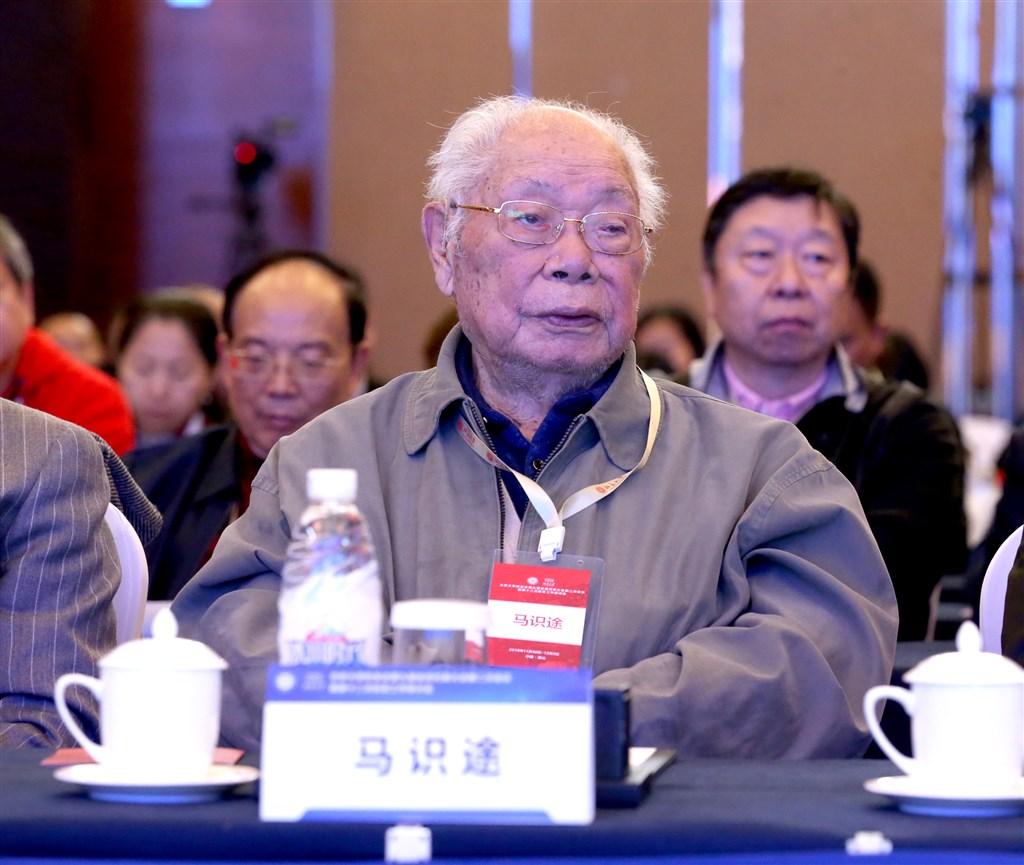 電影「讓子彈飛」原著作者、今年106歲高齡的中國作家馬識途(前)5日宣布封筆,他表示新書「夜譚續記」是他最近的一本新小說,也可能是他最後一本小說。圖為馬識途2018年出席北京大學校友會。(中新社提供)
