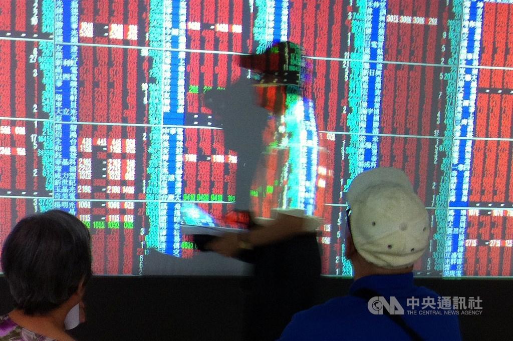 台股6日開高走高,電子股買盤強勁,指數早盤攻上12000點大關後維持高檔震盪,終場收在最高點12116.70點,上漲207.54點。(中央社檔案照片)