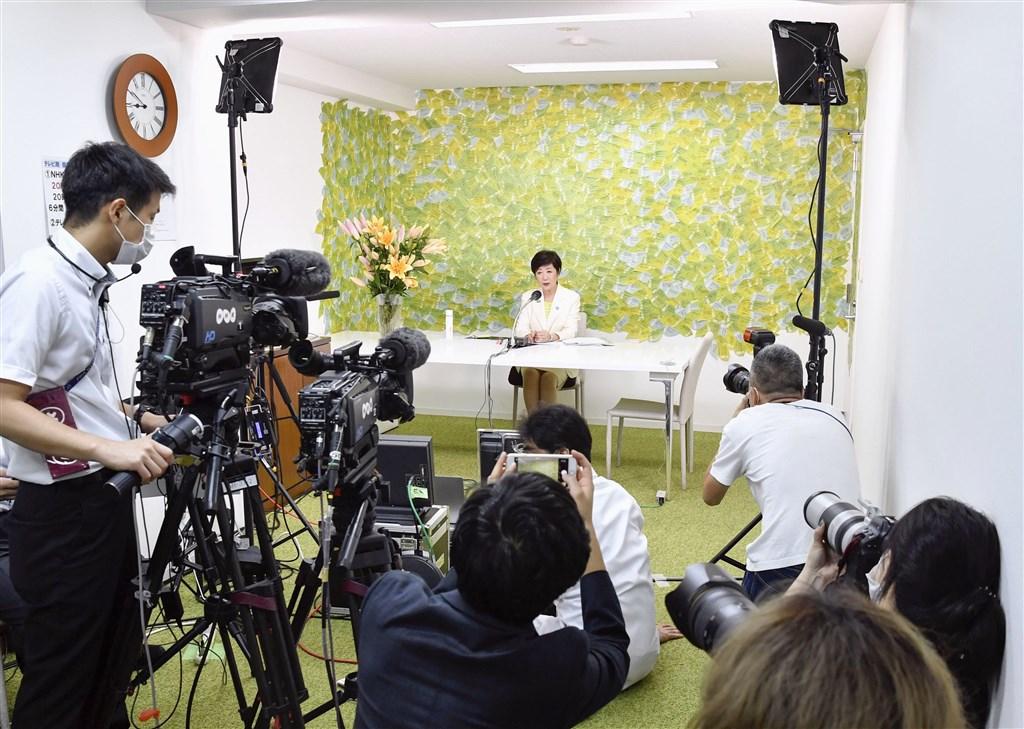 日本東京都知事小池百合子(後)5日宣布連任成功,記者會現場的媒體人數因應防疫大幅減少。(共同社提供)