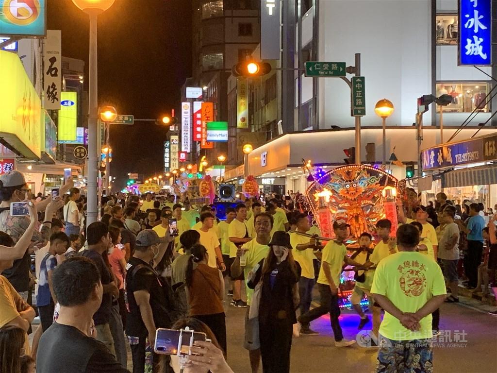來自澎湖21座廟宇的武轎5日晚間在馬公老城區踩街,街道熱鬧非凡。(讀者提供)