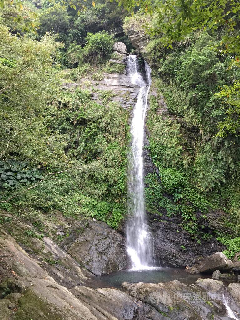 花蓮縣富里鄉羅山瀑布木棧道修復完工重新開放,羅山瀑布為海岸山脈斷層地形所形成的瀑布,高約120公尺,水量豐沛,氣勢驚人。中央社記者李先鳳攝 109年7月6日