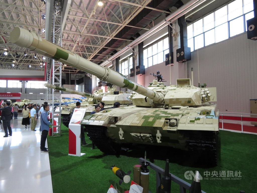中國駐聯合國大使張軍表示,中國已簽署規範武器販售的全球性「聯合國武器貿易條約」,表明維護國際軍控、支持多邊主義的決心與誠意。圖為2018年珠海航展裡的中國各型外貿戰車。中央社記者陳亦偉攝 109年7月7日