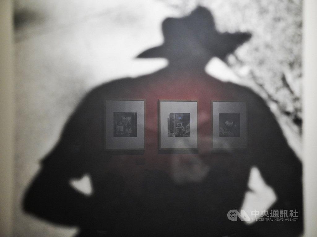 「V.M.薇薇安.邁爾攝影展」7日在台北松山文創園區舉行開展記者會,現場展出以保母一職維生的攝影師薇薇安.邁爾(Vivian Maier)多幅精彩作品。中央社記者徐肇昌攝 109年7月7日