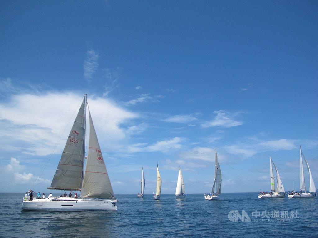 2020第8屆澎湖島帆船週系列賽15日起將在澎湖灣正式展開,目前已有部分選手先行抵澎進行訓練,將力爭賽事佳績。中央社 109年7月7日