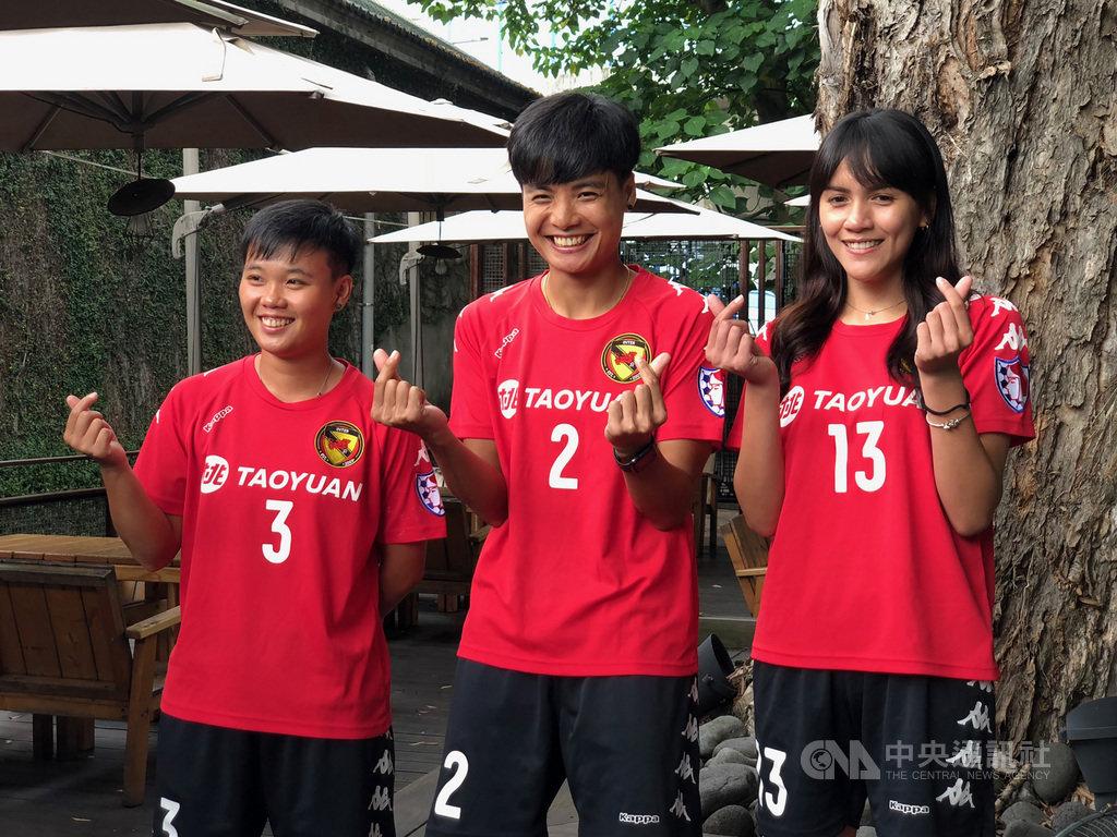 泰國籍外援溥奕(Pitsami Sornsai)(中)加入桃園國際女足隊,讓隊友潘彥昕(右)、陳雅君(左)都相當興奮;對於溥奕球場上的態度和表現,兩人都十分讚賞。中央社記者黃巧雯攝 109年7月7日