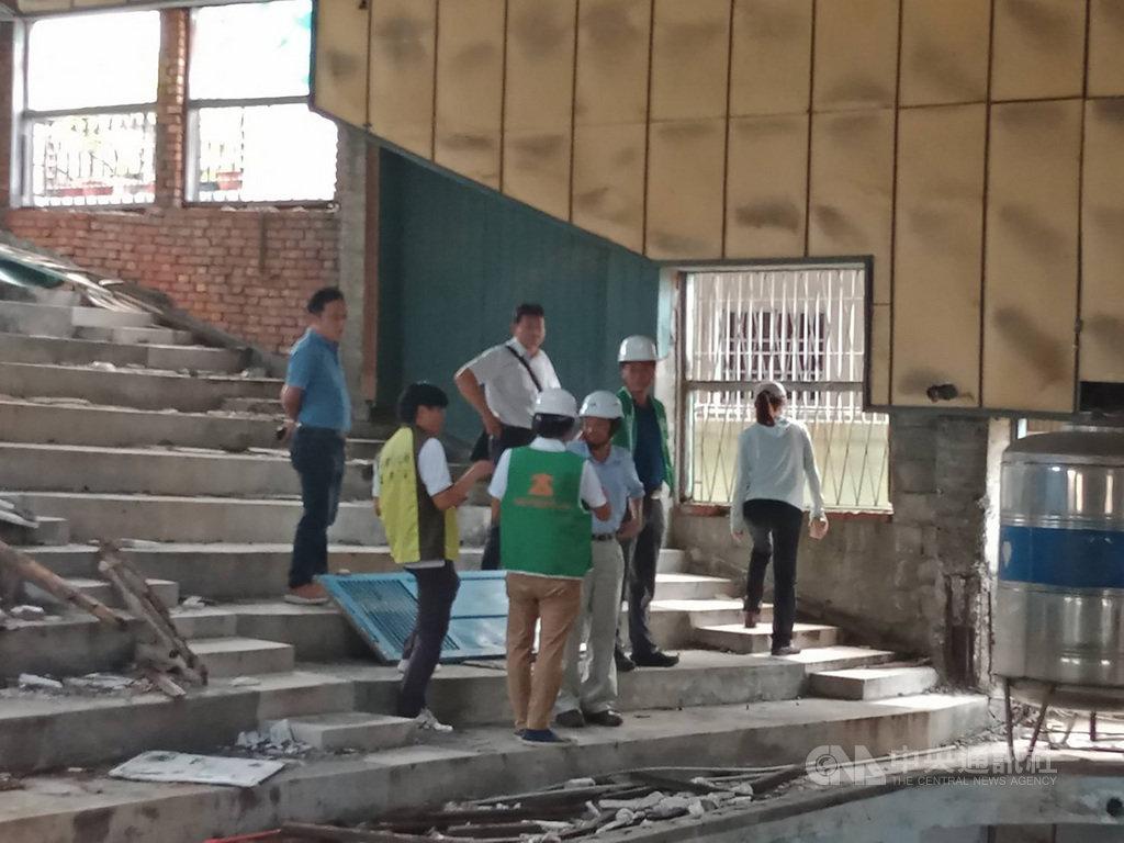 高雄已停業的中都戲院與建物1樓的中都市場為共構建築,目前仍有攤商營業,近來發生外牆及天花坍塌意外,經建管處會同建築師公會勘查,確定建築物受損並限期1個月內改善,否則將開罰。(高雄市政府提供)中央社記者王淑芬傳真 109年7月7日