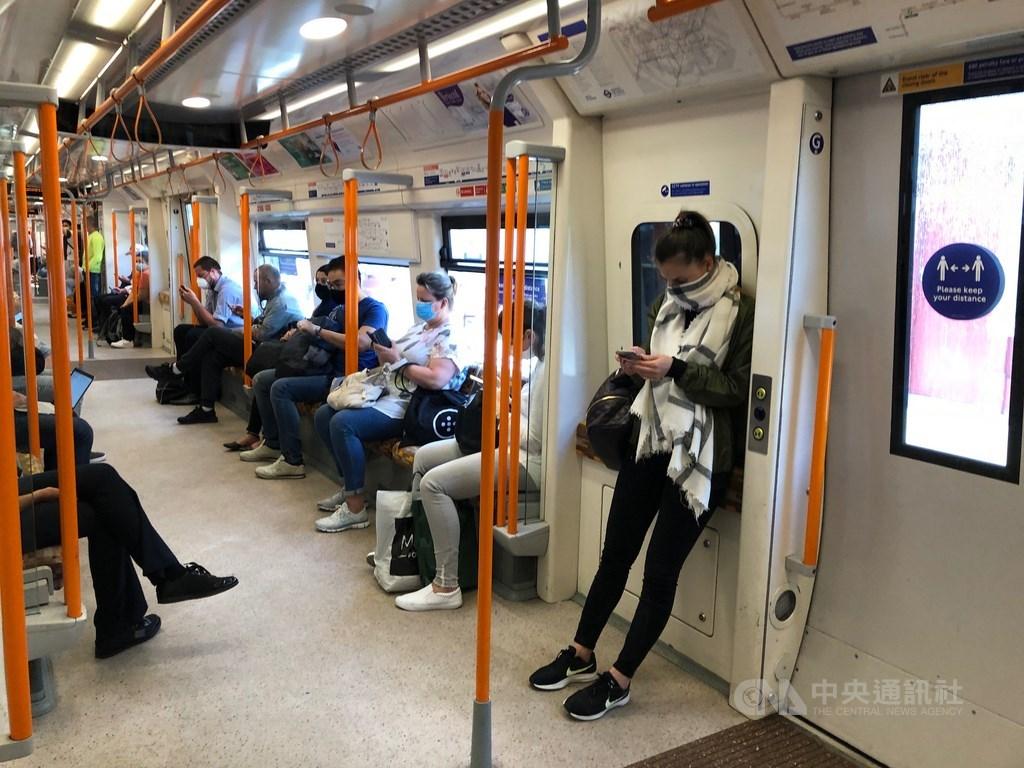 英國規定搭乘大眾運輸工具必須遮掩面部,但沒有強制規定戴口罩,民眾可用圍巾等物品取代。中央社記者戴雅真倫敦攝 109年6月24日