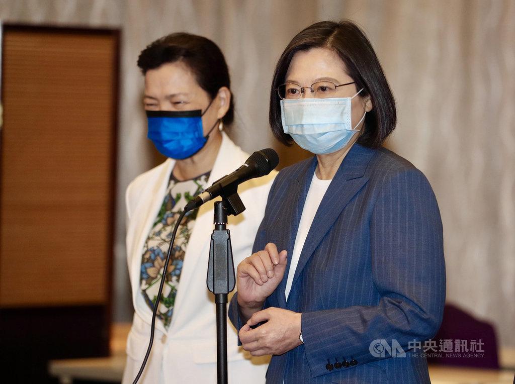 總統蔡英文(右)7日受訪時表示,會持續關注「港區國安法」發展,若對台灣造成傷害,或者有不合理的現象時,台灣會考慮祭出反制措施。中央社記者張皓安攝 109年7月7日