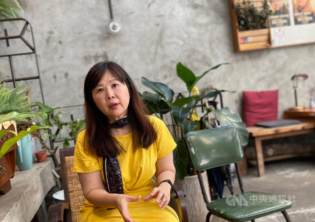 作家石芳瑜推出首部散文集「中間的人」,吐露自己的人生觀。她認為,人生應該要能保持彈性,不要將自己逼到極限。中央社記者陳秉弘攝 109年7月7日