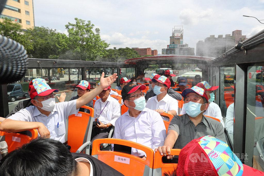 台北市長柯文哲(前左)7日邀請交通部長林佳龍(前中)、衛福部長陳時中(前右)一同體驗搭乘台北市雙層觀光巴士,推廣城市旅遊。中央社記者王騰毅攝  109年7月7日