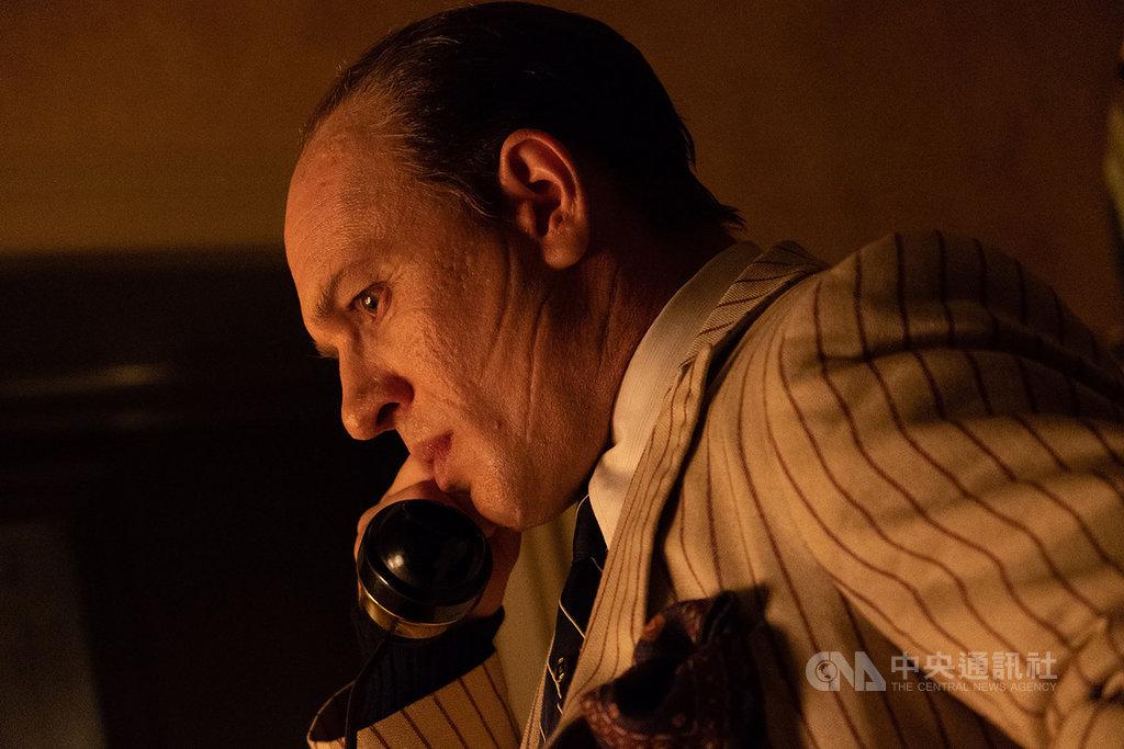 英國演員湯姆哈迪(Tom Hardy)在電影「疤面教父」中逞凶鬥狠,詮釋美國黑幫教父「艾爾卡彭」的傳奇人生。(采昌國際多媒體提供)中央社記者葉冠吟傳真 109年7月7日