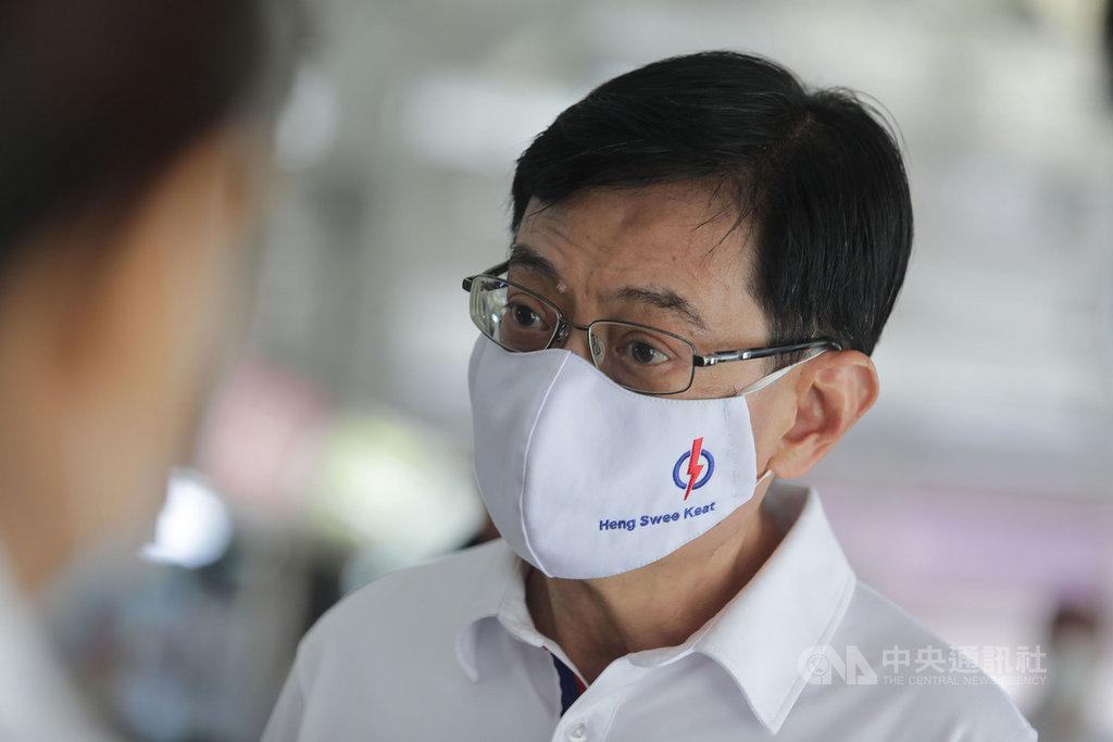 新加坡國會大選,社群平台成為對決主戰場,副總理兼財政部長王瑞杰的Instagram有5萬名粉絲,圖為王瑞杰5日走訪東海岸集選區爭取選民支持。中央社記者黃自強新加坡攝 109年7月7日