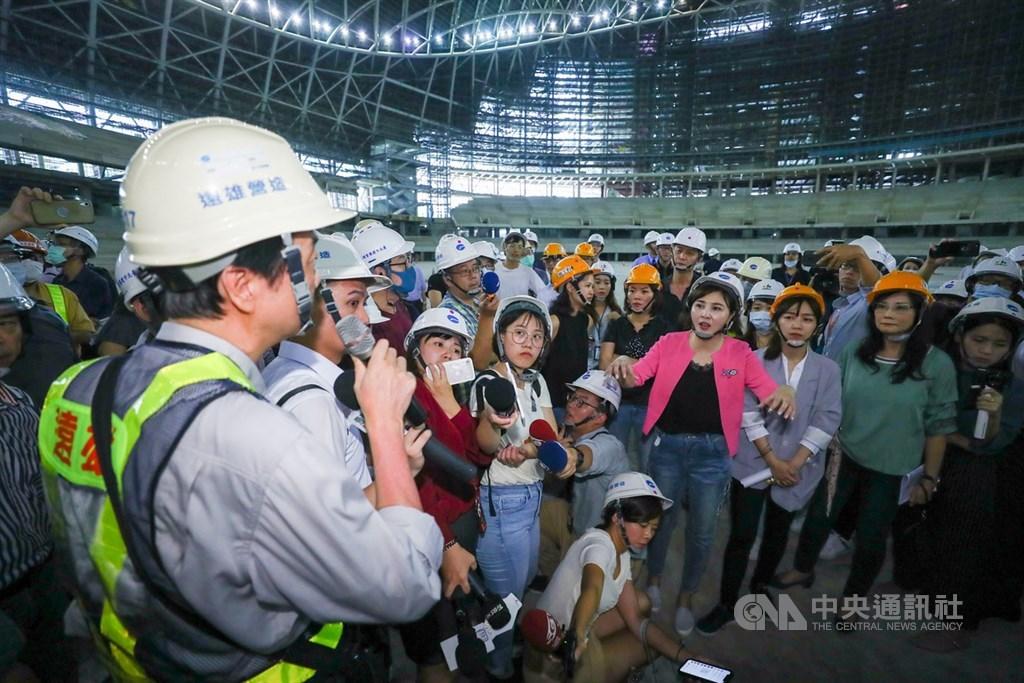 台北市議會工務委員會7日到大巨蛋工地現場考察,國民黨籍市議員王欣儀(前右4)等人向遠雄營造人員提問,了解大巨蛋工程現況。中央社記者王騰毅攝 109年7月7日