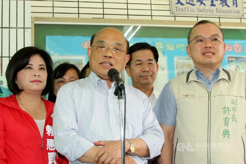 行政院長蘇貞昌(前中)7日表示,中國的香港國安惡法讓全世界看到,中國不但背棄了對港人的承諾,所立的法律竟然管到全世界各地,台灣要堅持主權才有安全。中央社記者楊思瑞攝 109年7月7日