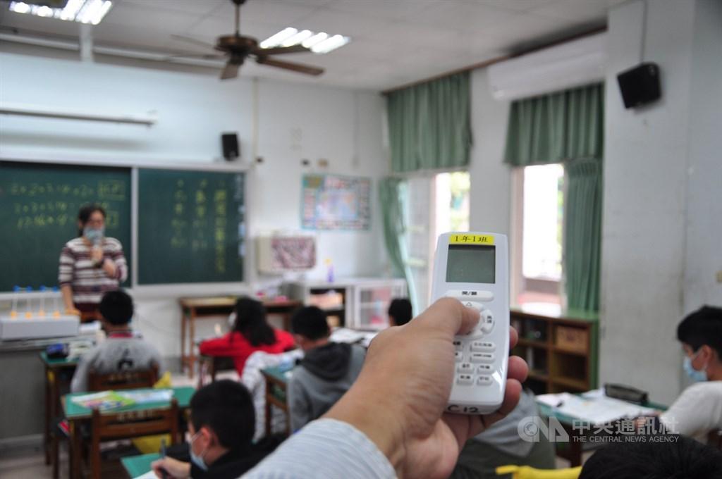 在行政院支持下,教育部預計2022年夏天前全面完成高中以下學校電力系統改善及冷氣裝設,達到班班有冷氣。(中央社檔案照片)